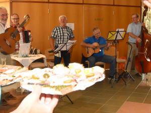 Die musikalische Untermalung des Heurigennachmittags erfolgte durch Hubert Hanzl (Gitarre), Manfred Ernst (Ziehharmonika), Johann Dunst (Gesang), Engelbert Tretter (2. Gitarre) und Joachim Wolf (Kontrabass)