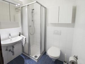 Badezimmer im ÖJAB-Haus Salzburg in Salzburg.