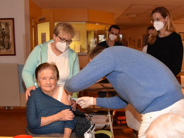 Dr. Wehle impft Frau Rozner aus dem ÖJAB-Haus St. Franziskus.