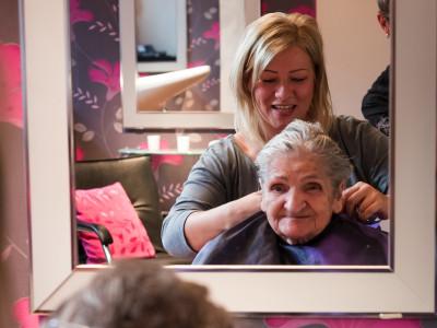 Bewohnerin beim hauseigenen Friseursalon der ÖJAB-SeniorInnenwohnanlage Aigen.