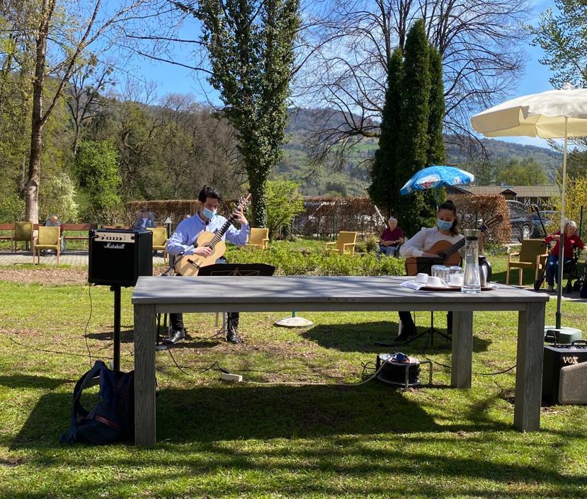 MusikerInnen des Vereins Live Music Now Salzburg spielten ein Konzert für unsere BewohnerInnen im Garten der ÖJAB-SeniorInnenwohnanlage Aigen in Salzburg.