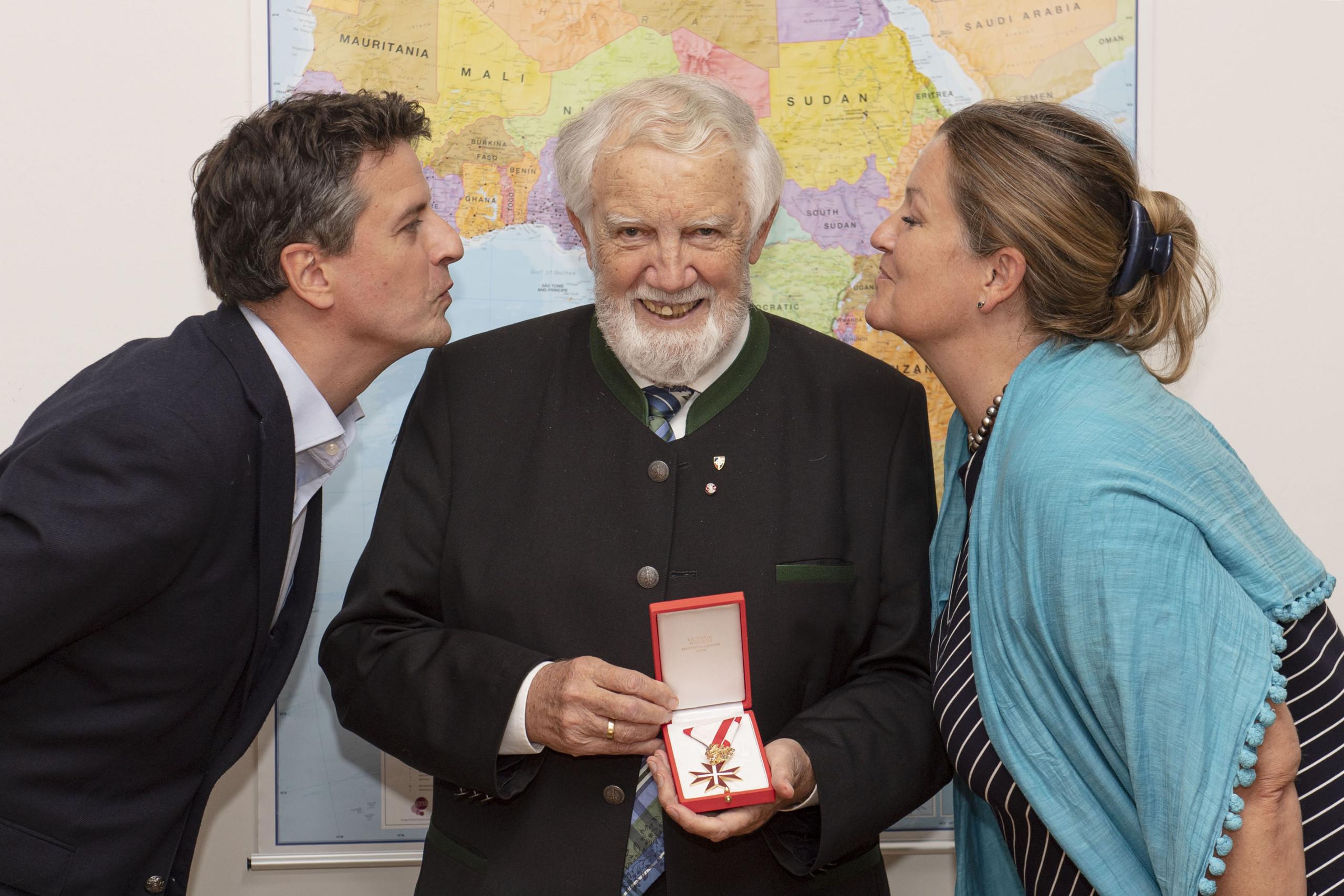 Sohn Prof.h.c. MMag. Thomas Schüssler (links) und Tochter und ÖJAB-Geschäftsführerin Dr. Monika Schüssler gratulieren ihrem Vater Eduard Schüssler zum Goldene Ehrenzeichen für Verdienste um die Republik Österreich.