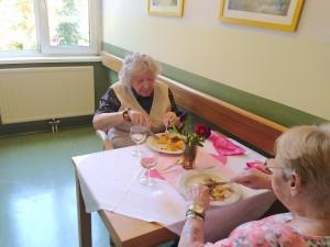 Zwei BewohnerInnen beim Essen