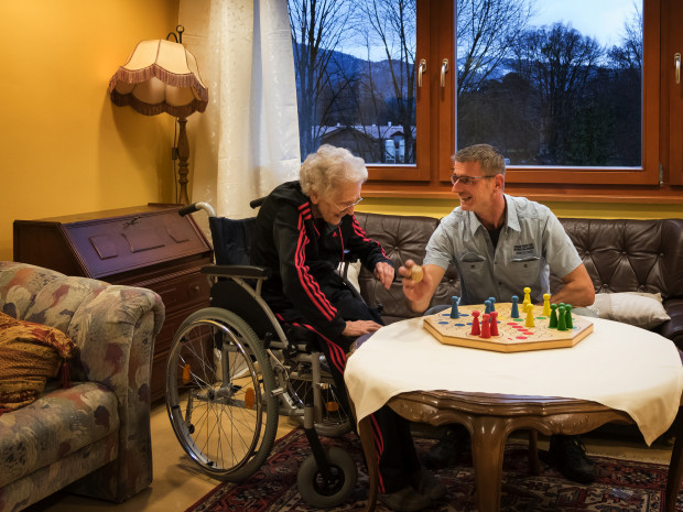 Pfleger betreut Bewohnerin der ÖJAB-SeniorInnenwohnanlage Aigen.
