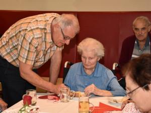 Bewohnerin und Angehörige feiern gemeinsam.