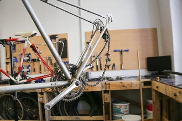 Fahrrad wird repariert in einer Werkstatt.