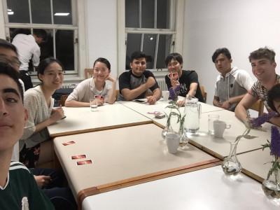 ReiseteilnehmerInnen und Bewohner des ÖJAB-Hauses Greifenstein gemeinsam am Tisch sitzend. Foto: Yasuaki Kimoto.