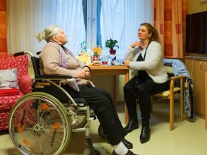 Bewohnerin im vertrauten Gespräch mit Mitarbeiterin des ÖJAB-Hauses Neumrgareten.
