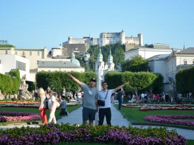 Zwei japanische Reiseteilnehmer im Mirabelgarten in Salzburg. Foto: Aoi Narita.