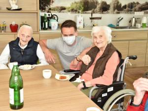 Bewohnerinnen mit Pfleger im ÖJAB-Haus St. Franziskus.