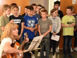 SchülerInnen der NMS gestalteten für die BewohnerInnen des Hauses ein musikalisches Rahmenprogramm.
