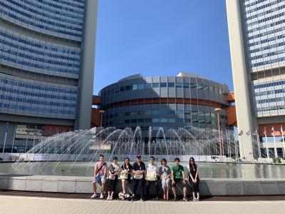 Gruppenfoto japanischer ReiseteilnehmerInnen vor dem Eingang der Uno-City in Wien. Foto: Yasuaki Kimoto.