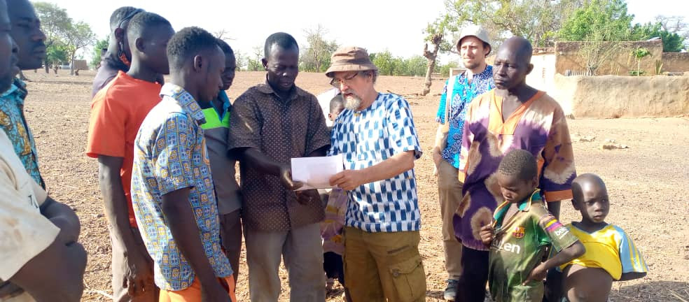 EZA project manager Oliver Böck (right in the background) and EZA consultant Stephan Armbruster (left in the foreground) on-site hygiene and health training for family members from the Burkinabe community of Samba.