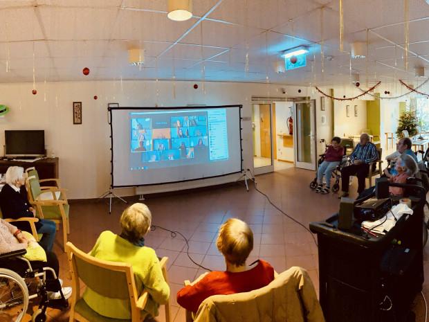 Zoom-Treffen von SeniorInnen mit SchülerInnen.