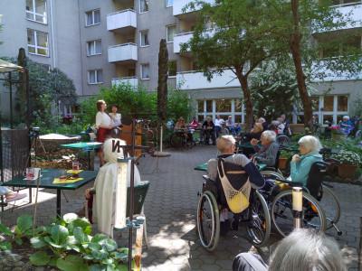 Musikalischer Auftritt der KünstlerInnen im Garten des Wohn- und Pflegeheims.