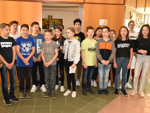 SchülerInnen der NMS Güssing beim Singen für die BewohnerInnen.