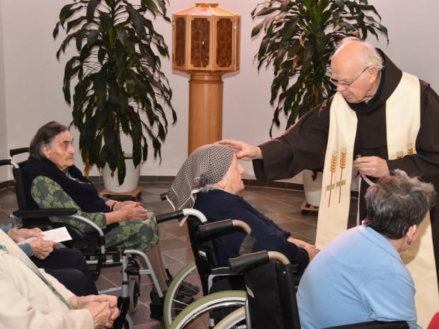 Pater Anton Bruck salbt bei der Krankensalbung Stirn und Hände und betet um Kraft und Heilung. Fotos: Julius Potzmann.