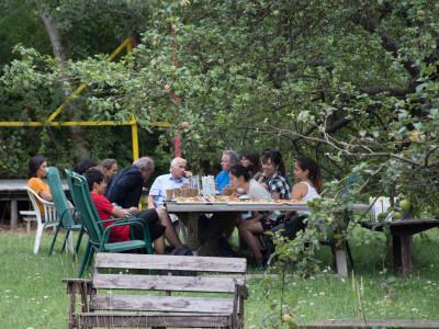 Gemütlichen Beisammensitzen im Garten des ÖJAB-Hauses Greifenstein gemeinsam mit Maximilian Titz, Bürgermeister St. Andrä-Wördern und Bewohnern und MitarbeiterInnen des ÖJAB-Hauses Greifenstein.