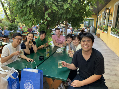 Japanische ReiseteilnehmerInnen im Heurigen an einem Tisch sitzend. Foto: Yasuaki Kimoto.