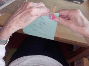 Notiz der Kinder in den Händen der Seniorin.