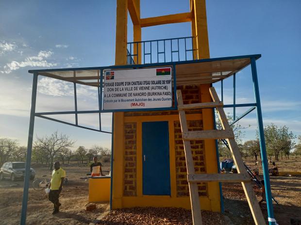"""In Nanoro freute sich die Dorfbevölkerung über einen neuen solarbetriebenen Trinkwasserbrunnen (Projekt: """"Wasser bedeutet Leben"""")."""