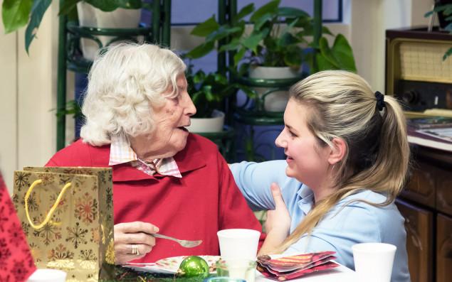 Seniorin mit einer Pflegerin im Gespräch