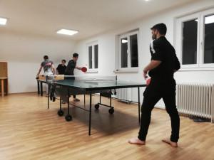 Unbegleitete minderjährige Flüchtlinge beim Tischtennisspiel.