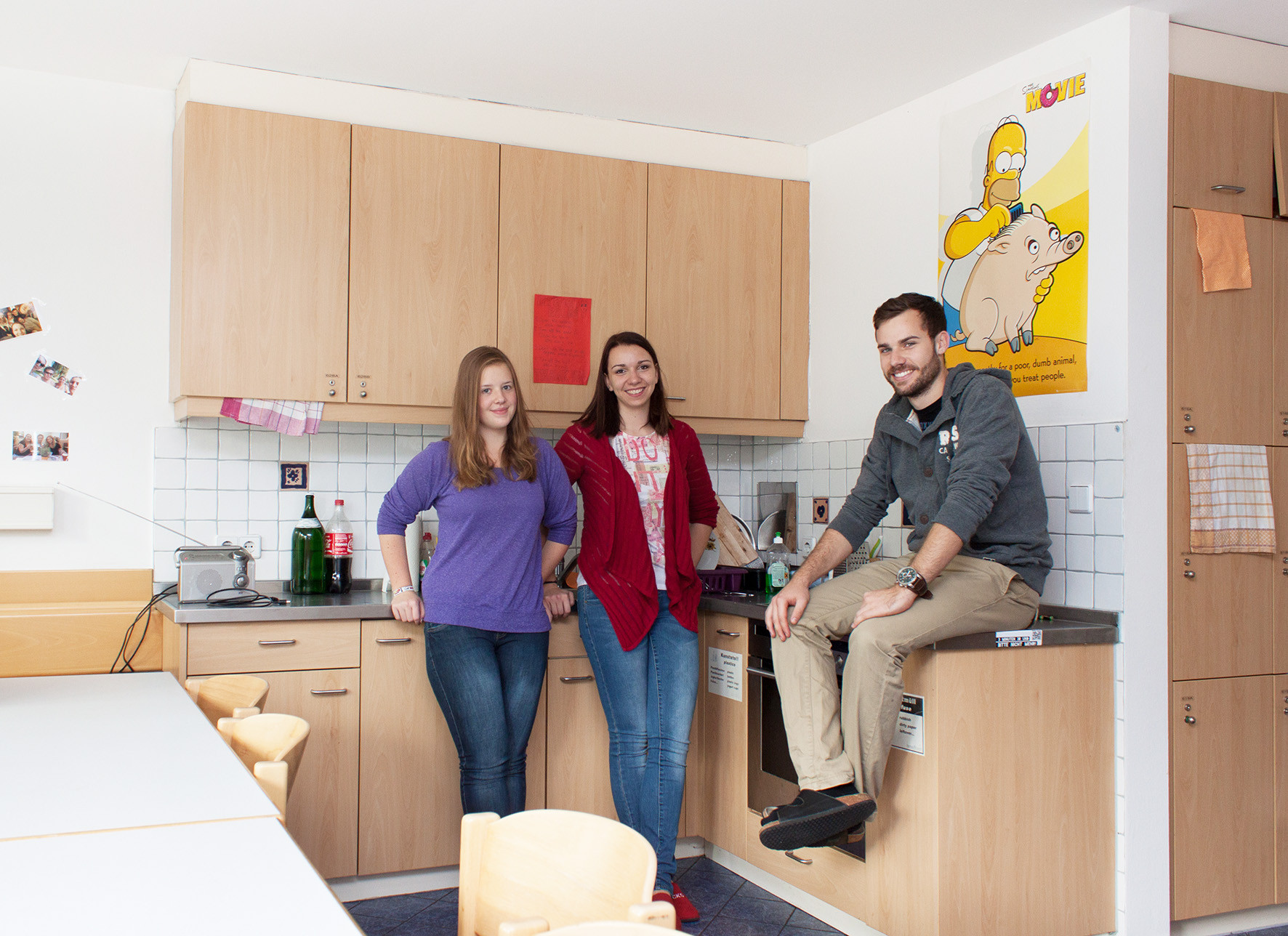 3 Students in the kitchen of an ÖJAB Student dorm