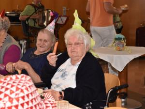 BewohnerInnen des ÖJAB-Hauses St. Franziskus beim Würschtl-Essen während des Faschingsfestes im ÖJAB-Haus St. Franziskus in Güssing.
