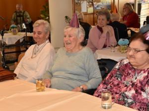 Fröhliche BewohnerInnen beim Faschingsfest im ÖJAB-Haus St. Franziskus.
