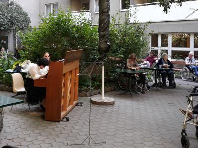 In der Gartenmitte des ÖJAB-Hauses Neumargareten wurde das Pianino für die jungen KünstlerInnen platziert.