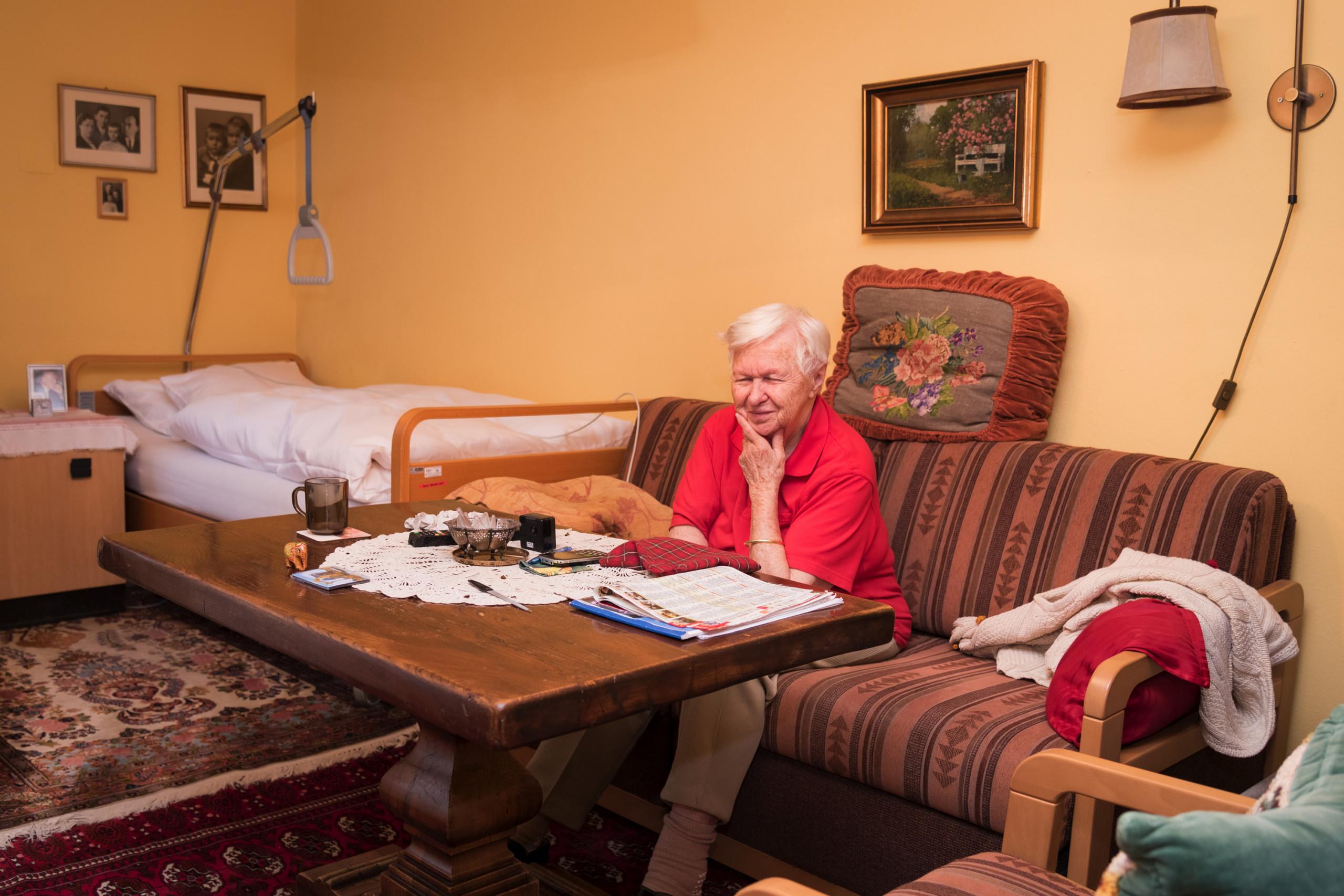 Bewohnerin im Einzelzimmer der ÖJAB-SeniorInnenwohnanlage Aigen.
