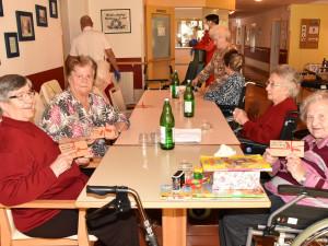 BewohnerInnen des ÖJAB-Hauses St. Franziskus am Tisch sitzend.