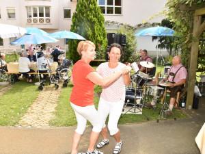 Ein züftiger Tanz von Eveline und Dagmar bevor die Bewohner bewirtet werden.