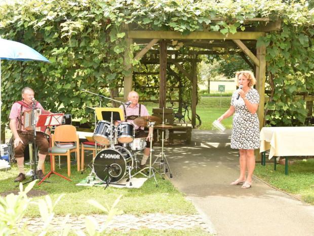 Heimleiterin Elisabeth Muhr begrüßt BewohnerInnen und Musik.