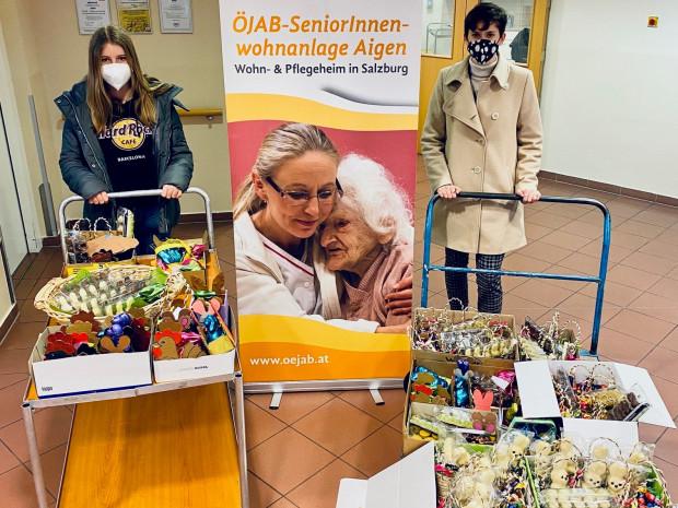 Projektteilnehmerinnen mit Ostergeschenken