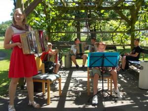 MusikerInnen unter der Leitung von Elisabeth Unger im Garten des ÖJAB-Hauses St. Franziskus.Unger