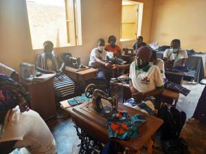 """In Ouagadougou werden im Projekt """"Frauen - Bildung - Zukunft"""" Mädchen bzw. junge Frauen zu Schneiderinnen ausgebildet. Ein Blick in die aktuelle Klasse."""