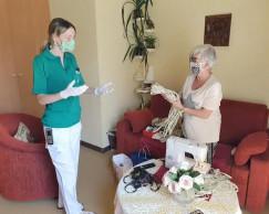 Übergabe selbstgenähte Schutzmasken von Bewohnerin an Pflegemitarbeiterin als Dankeschön für die Leistungen der Pflegekräfte.