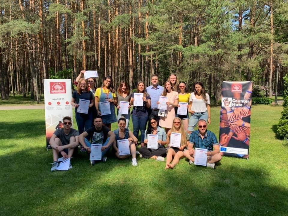 Gruppenfoto der TeilnehmerInnen am Erasmus+ Trainingskurs für JungarbeiterInnen in Saulkrasti (Lettland). Foto: Counter Hate.