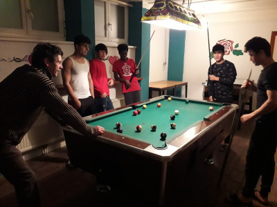 Billardspielen der unbegleiteten minderjährigen Flüchtlinge.