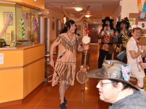 Mitarbeiter verkleidet als Indianer beim Faschingsfest im ÖJAB-Haus St.Franziskus.