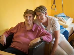 Pflegerin mit Heimbewohnerin der ÖJAB SeniorInnenwohnanlage Aigen in Salzburg.