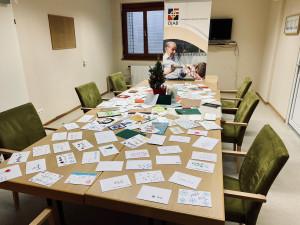 Handgeschriebene Briefe auf einem Tisch im Meetingraum der ÖJAB-SeniorInnenwohnanlage Aigen.