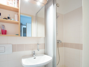Bathroom at the ÖJAB-Haus Dr. Rudolf Kirchschläger.