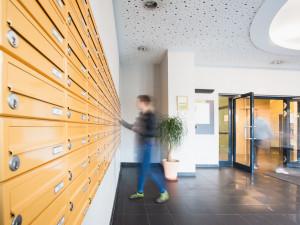 Eingangsbereich mit Postfächern im ÖJAB-Haus Meidling.