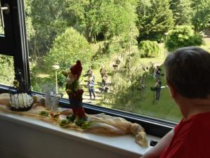 Bewohner des ÖJAB-Hauses St. Franziskus am Fenster sitzend.
