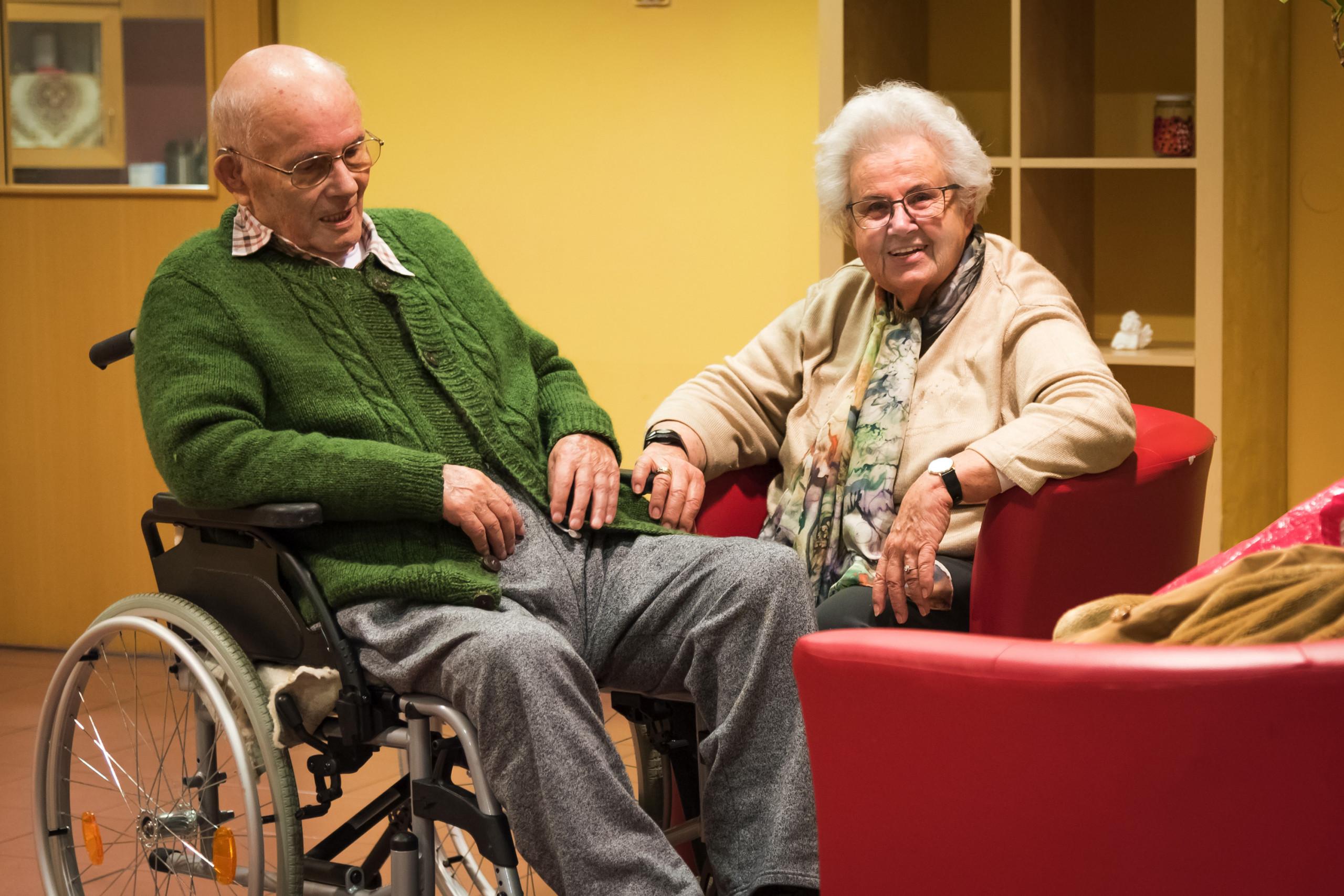 Residents of the ÖJAB-SeniorInnenwohnanlage Aigen sitting in the foyer.