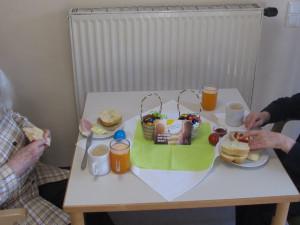Zwei Seniorinnen beim Frühstücken