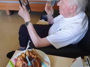 Pflegeheim-Bewohner mit Tablet